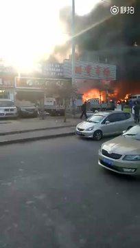 北京来广营旧货市场突发大火现场 黑烟遮天蔽日