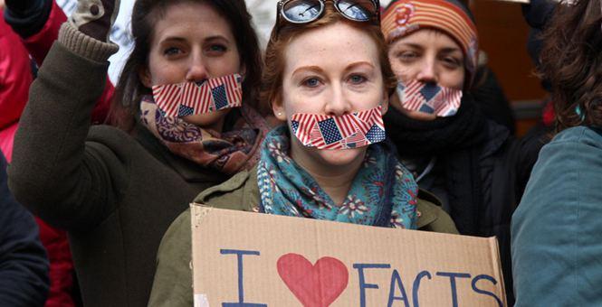 民众聚集纽约时报大楼外封嘴示威 抗议白宫将媒体拒之门外