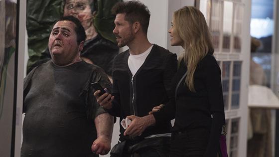 西蒙尼与模特女友看艺术展 休闲潮装手牵手