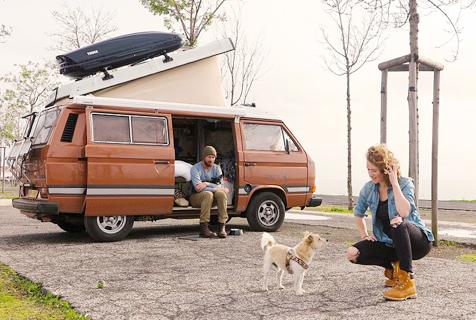 荷兰夫妇变卖家产携爱犬驱车环游欧洲