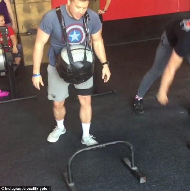 美国一准爸爸腹部绑12斤重健身球体验孕中健身