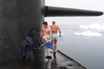 俄军开着战略核潜艇到北极游泳