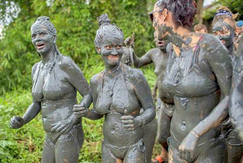 巴西民众海滨泥浆中跳舞庆祝狂欢节