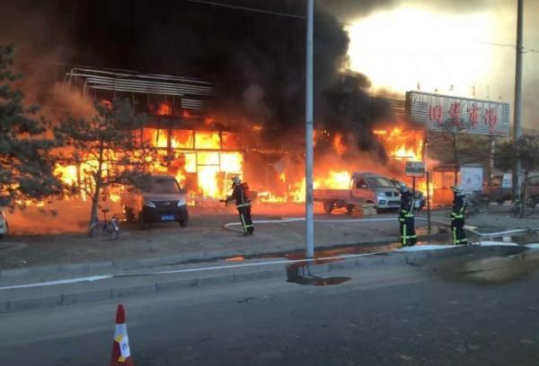 北京朝阳一旧货市场发生火灾 46部消防车到场处置