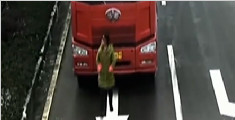 遮挡号牌出奇招 女子站在货车车牌前慢跑