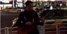 男子在日本街头唱《海阔天空》 看哭无数中国人