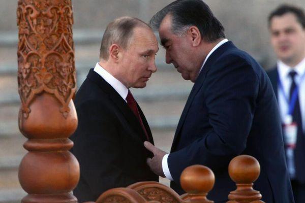"""普京出访塔吉克斯坦 与塔总统""""亲密""""交谈"""