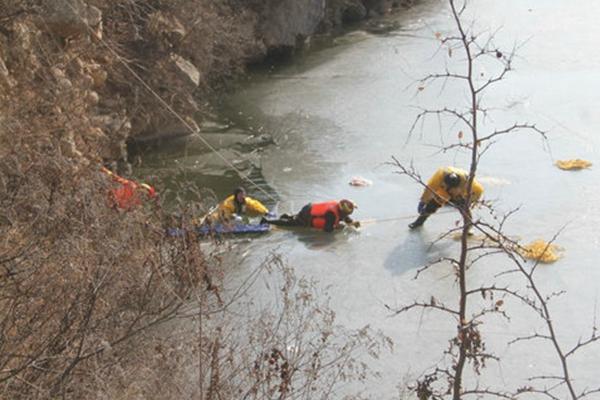 女子凿冰捕鱼落水 消防员冰上救援