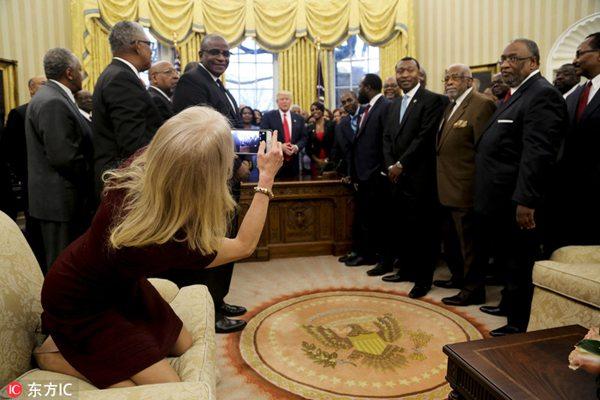 美女顾问为特朗普拍照双腿跪沙发上身体倾斜
