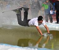 """山西上演""""光猪""""滑雪过水比赛"""
