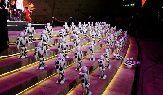 """机器人集体表演舞蹈个别""""体力不支""""尴尬倒地"""