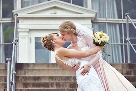 丹麦两女职业角色扮演者举行浪漫婚礼