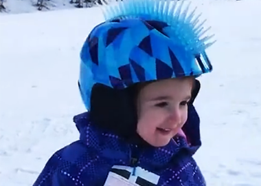 1岁女婴玩转单板滑雪