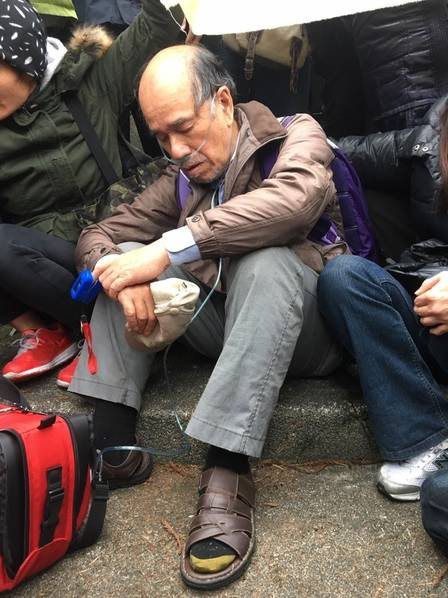 """""""台独""""势力拆蒋介石铜像不成躺马路中央耍赖"""