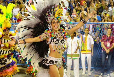 巴西狂欢节特级组桑巴舞校巡游气氛热烈