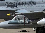 美军F18战机机翼挂满武器