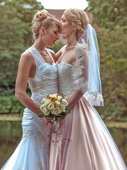 丹麦两女子举行浪漫婚礼