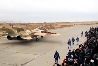 伊朗F-14出动人们追着围观