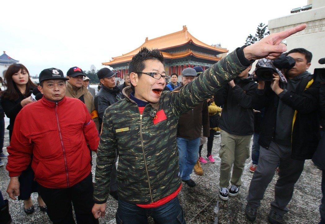 """台湾统""""独""""两派在中正纪念堂前互骂"""