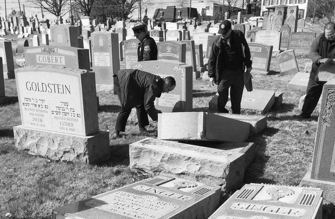 美国犹太墓地遭大规模破坏 种族至上思想引发普遍担忧