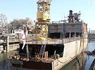 印船坞里倾翻军舰终于被扶正