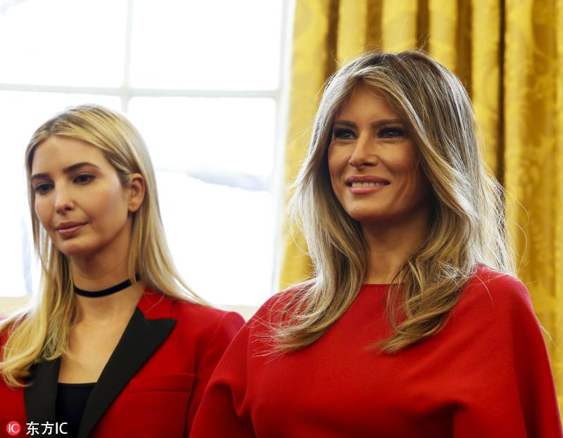 特朗普签署法案身边美女环绕 第一夫人和伊万卡着红衣吸睛