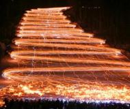 """数百滑雪者手持火把滑雪 白色雪道变身""""火天梯"""""""