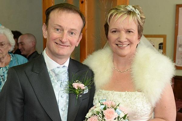 英夫妇同日同医院出生且同校 50年后重逢喜结良缘