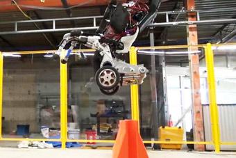 美国人形机器人能蹦1米多高