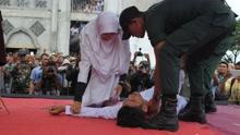 印尼男子受8下鞭刑后晕倒