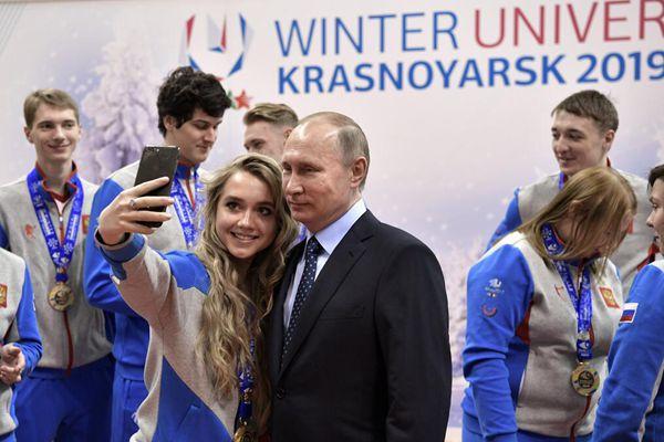 普京现身世界大学生冬季运动会 与美女运动员合影自拍