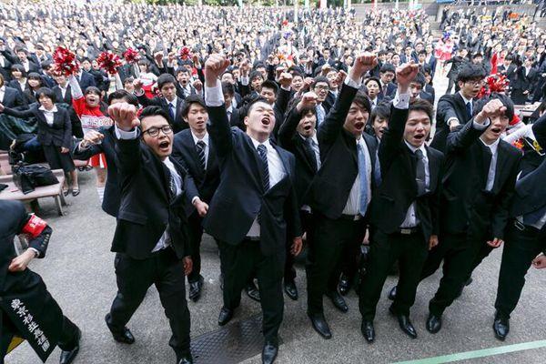日本大学生参加求职动员大会 握拳高挥信心满满