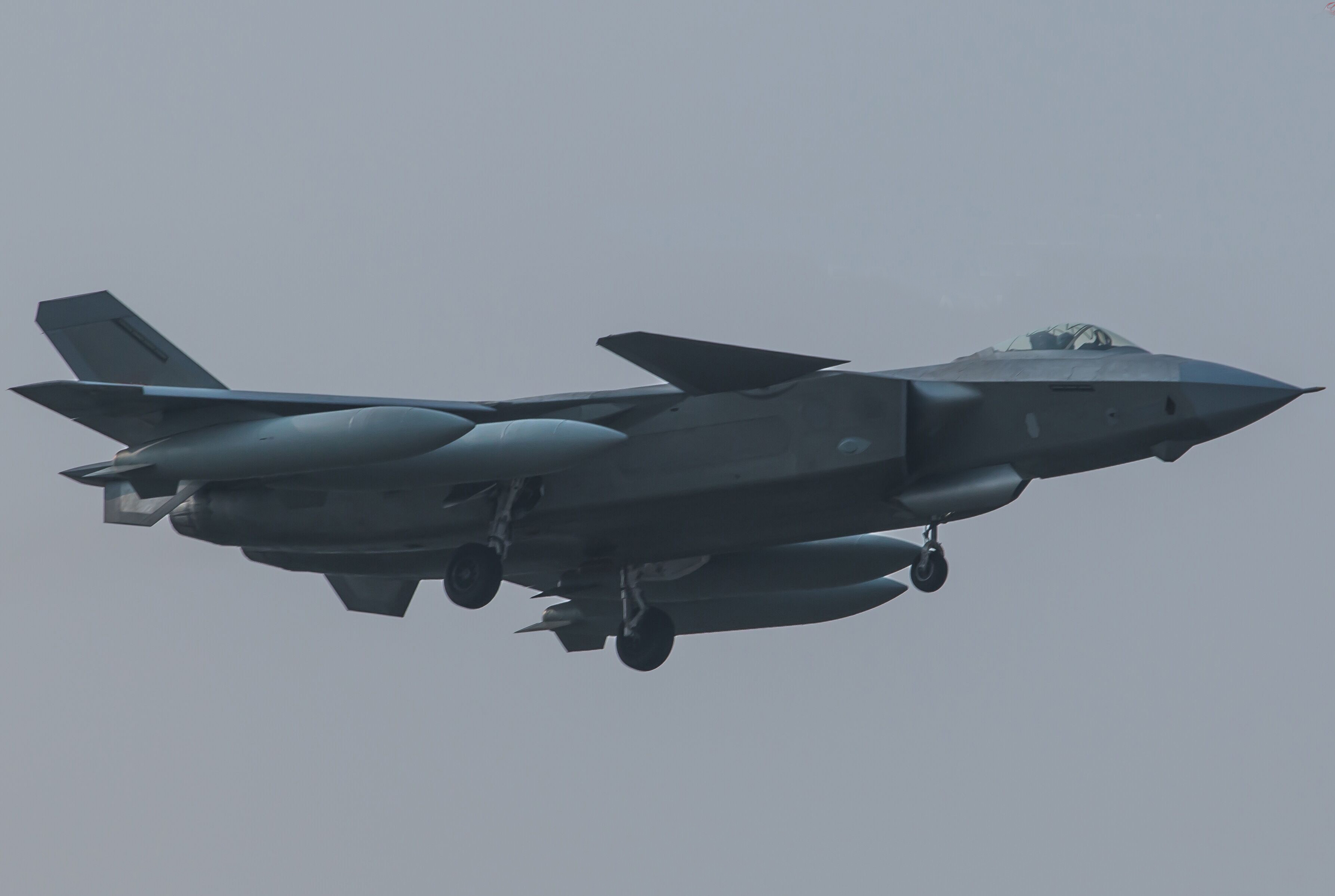 新变化显示歼20开始使用试飞 挂副油箱或不实用