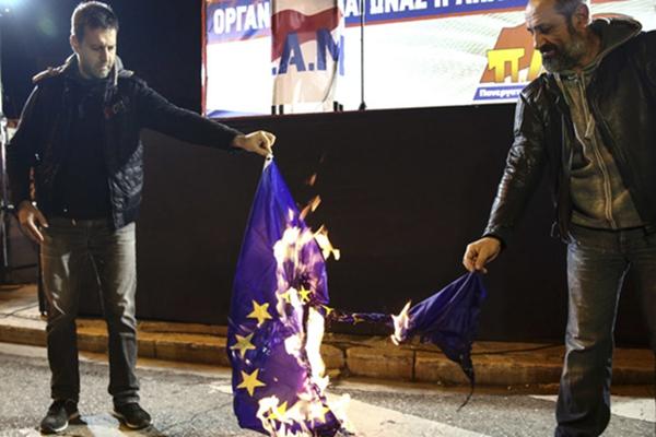 希腊民众示威抗议紧缩政策 火烧欧盟旗帜