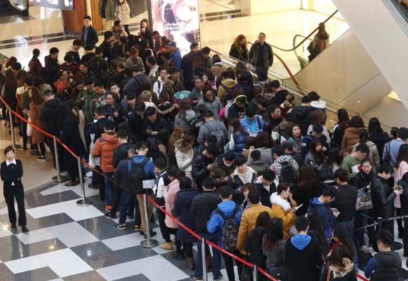 上海又现网红美食 市民排队7小时买一杯喜茶