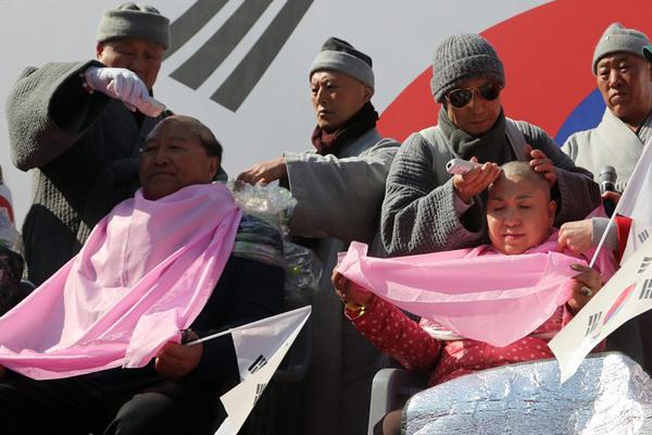 韩亲朴人士集体剃度示威 抗议总统弹劾案