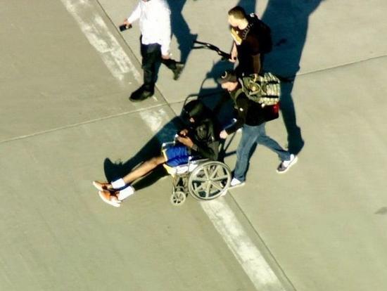 KD返奥克兰坐轮椅低调现机场 伤后精神状态良好