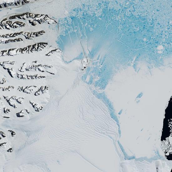 一拳打出口井不算什么 南极冰缝扩张裂出一片海洋