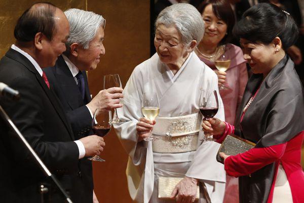 日本天皇夫妇访问越南参加酒会 皇后着和服出席
