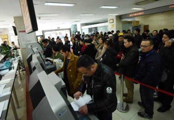 杭州限购政策升级 群众提前挤爆房产交易大厅
