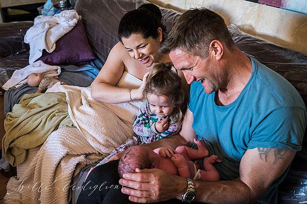 温馨!澳父亲全程陪产 凝视新生宝宝感动落泪