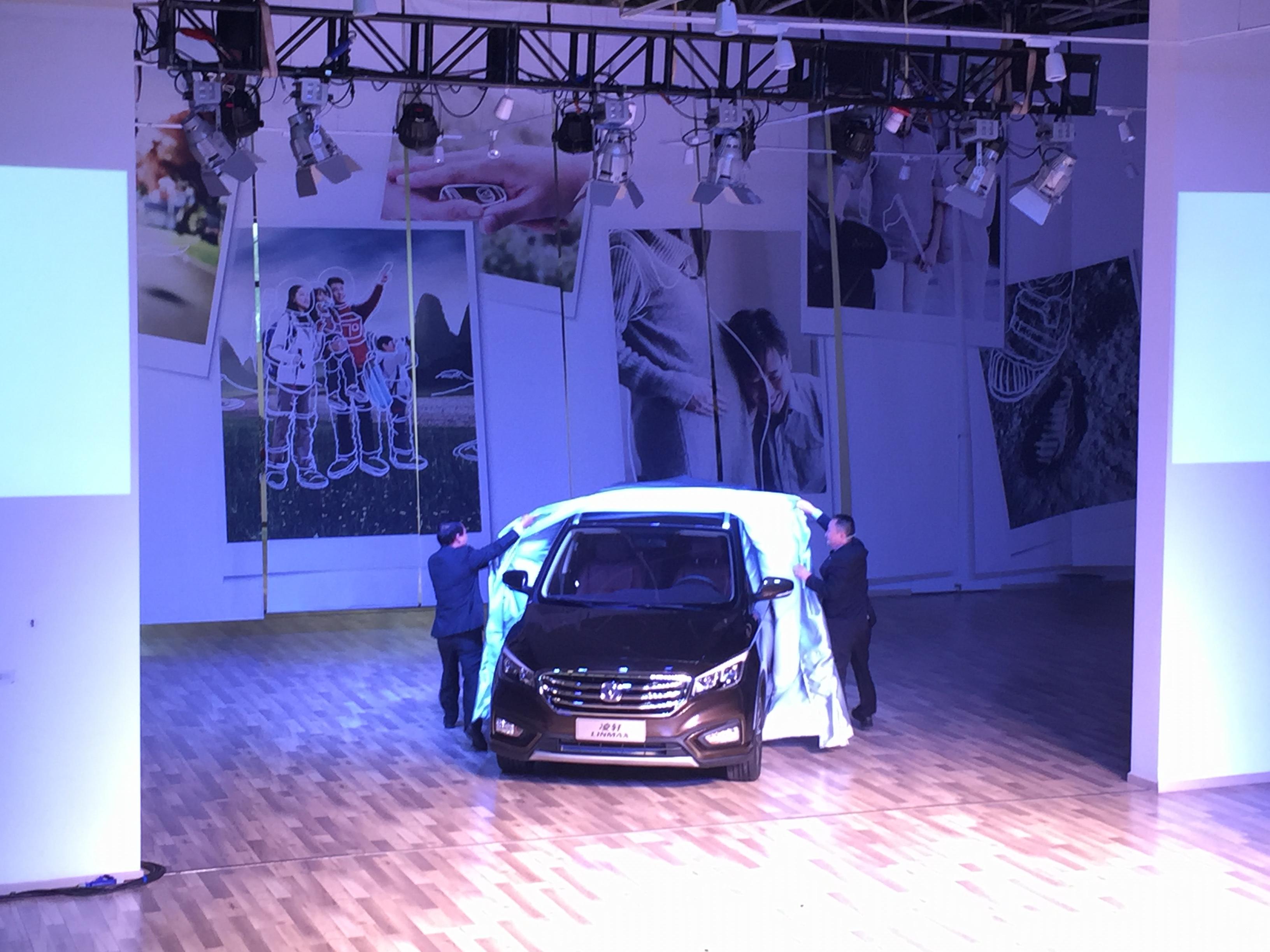 【图2】长安汽车领导为新车揭幕-中型MPV实力新丁 长安凌轩风采亮高清图片