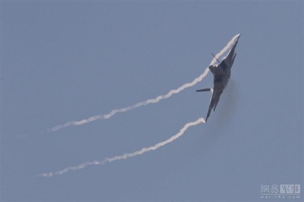 地球最强战机F-22高空飞行花式秀:气势如虹