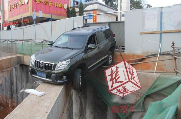 湖北一辆车半边悬空 下面是10米深坑