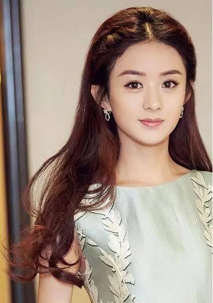 两边加上刘海编发的公主头,刘海编发设计很好的收拢了碎发,露出饱满的