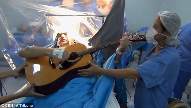 巴西患者接受脑瘤摘除手术时弹吉他