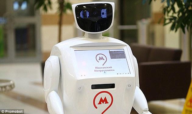 俄机器人在地铁迎宾 问候拍照功能俱全