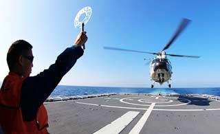 直9舰载机南海训练起降
