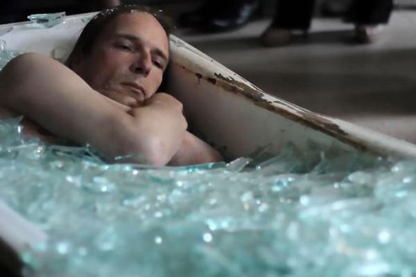 瑞士艺术家裸身被埋玻璃碎渣中 起身后全身竟无划痕