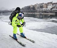 红牛达人带喷气背包街头滑雪 超炫酷引行人驻足